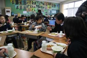 受託者部会が学校給食用に大豆を寄贈