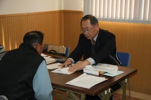 税理士(右)からアドバイスを受けました